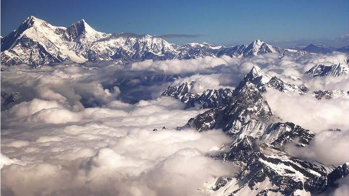Der Shisha Pangma im HImalaja ist 8013 Meter hoch (links) und gehört zu den herausforderndsten Berge der Welt.