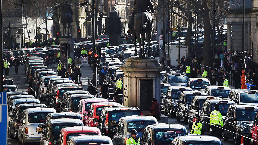 In der Corona-Krise leiden die Londoner Taxi-Fahrer mit ihren berühmten Black Cabs stark unter der sinkenden Nachfrage. Die Zahl der registrierten Fahrzeuge ist innerhalb von fünf Monaten um etwa ein Fünftel gesunken. (Archivbild)