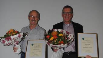 Vizeammann Alois Büchler (links) und Ammann Heinz Kim wurde für ihre Verdienste um die Gemeinde das Bürgerrecht von Zuzgen verliehen. nbo