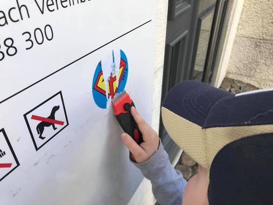Die Super-Helden-Logos klebten an vielen Orten in der Stadt