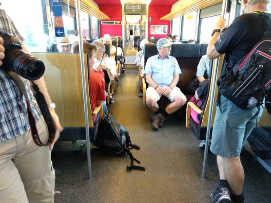 Etappe 6: So voll wie heute war das Solothurn-Moutier-Bähnli wohl noch selten. Dank der motivierten Leserwanderschaft!