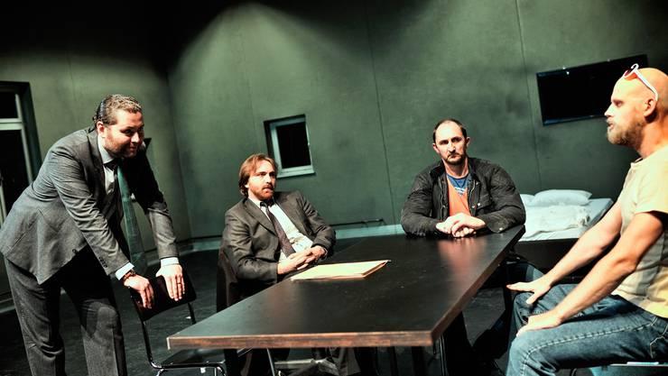 Der Kriminelle Andres Rebane (r.) wird befragt von Detective Inspector Charlie Lee (l.), Detective Sergeant Ignatius Stone und Steffen Dresner. ZVG