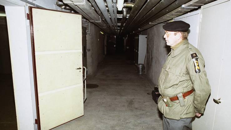 Ein Unteroffizier steht 1990 anlässlich einer Presseführung in einer unterirdischen Bunkeranlage bei Gstaad. Der Stützpunkt diente der Geheimorganisation als Waffenlager und Ausbildungsanlage.