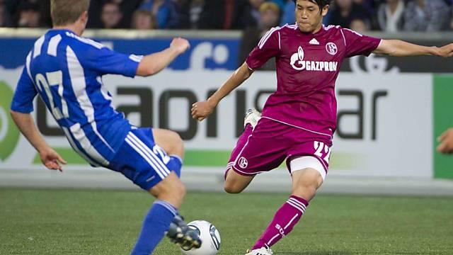 Sorsa (links) versucht den Schuss von Schalkes Uchida zu blocken