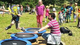 Die Kinder leisten auf dem Trampolin vollen Einsatz. Markus Müller