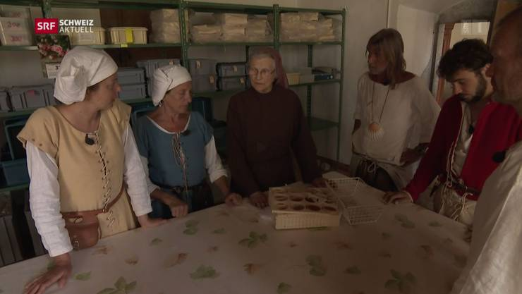 Die Pilger übernachten im Kloster Namen Jesu und lassen sich von Schwester Priska das Kloster zeigen