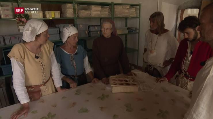 Die Pilger übernachten im Kloster Namen Jesu und lassen sich von Schwester Priska die Räume zeigen.