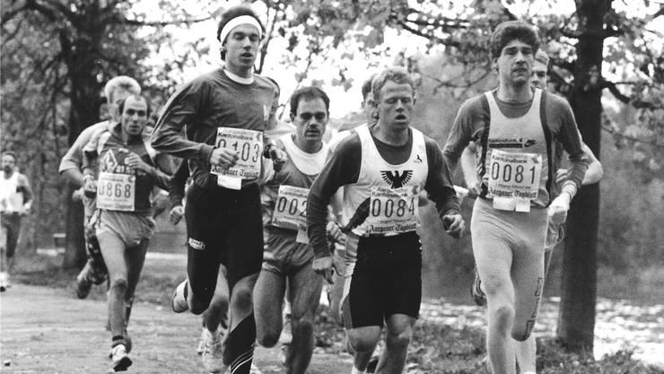 Auf dem Foto vom ersten Aargauer Volkslauf im Jahr 1990 sind in der ersten Reihe Urs Degen, Urs Christen (zurückversetzt), Beat Nyffenegger und Markus Hacksteiner. (v. l.) zu sehen.