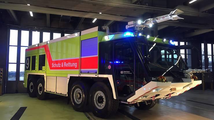 """Es ist das grösste und schwerste der Schweiz: Das Flugfeld-Löschfahrzeug """"Z8"""" steht ab sofort auf dem Flughafen Zürich im Einsatz."""