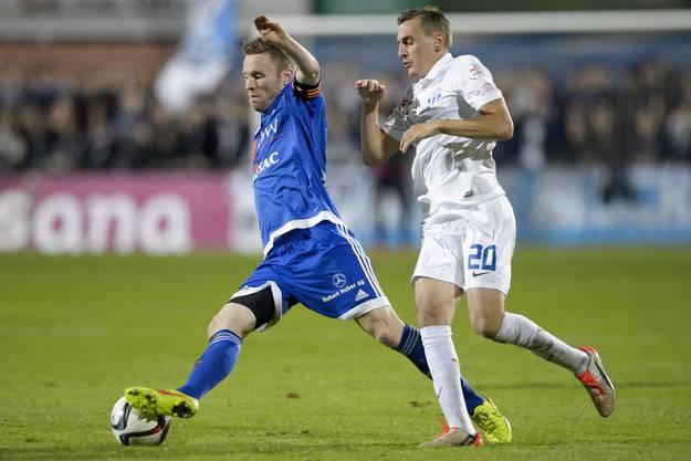 Alain Schultz vom FC Wohlen ist schneller am Ball als der Zürcher Burim Kukeli.