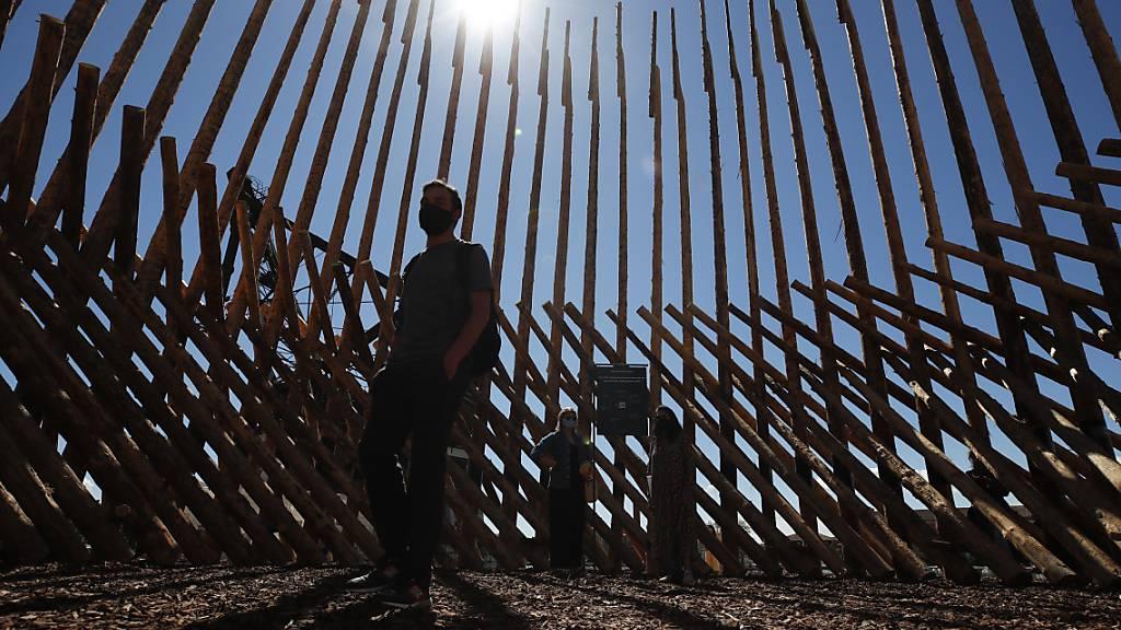 Die Installation «How we will leave together Chilean and Mapuche?» des chilenischen Studios Elemental ist Teil der 17. Internationalen Architekturbiennale in Venedig Foto: Alessandra Tarantino/AP/dpa
