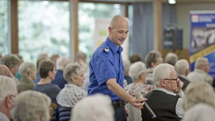 Wachtmeister Stefan Kuster übergibt das Mikrofon für eine der zahlreichen Fragen ins Publikum.