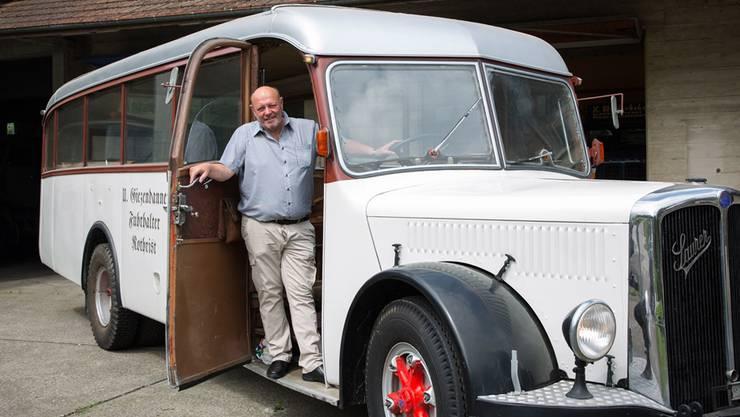 Verbringt heute viele Stunden unter den Motorhauben: Ulrich Giezendanner vor seinem Zeughaus in einem historischen Saurer-Bus.