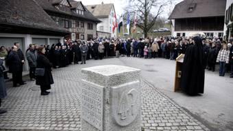 An einem Festakt wurde der Grenzstein am 1. Januar 2008 von der damaligen Aargauer Ständerätin Christine Egerszegi enthüllt.