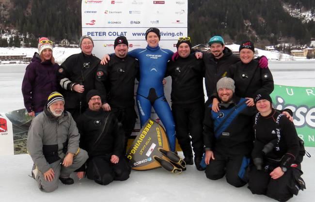 Der harte Kern des Teams feiert mit Peter Colat (in Blau) den Erfolg.