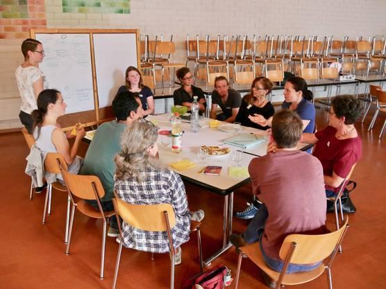 Die Workshop Gruppe Ernährung ist in die Diskussion von Projektideen vertieft.