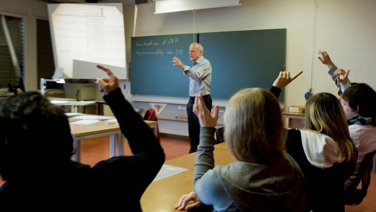 Ein Lehrer in einer Schule (Symbolbild, Archivbild)