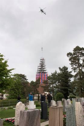 Die Kirchturmspitze der katholischen Kirche von Würenlingen wird abmontiert.