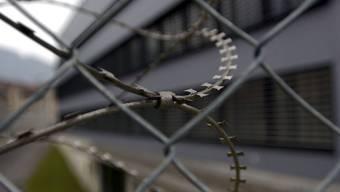 Heinz* wurde am vom Bezirksgericht Brugg schuldig gesprochen und muss hinter Gitter. (Symbolbild)