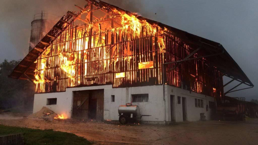 Nach einem Blitzeinschlag konnte die Scheune in Courcelon JU nicht mehr gerettet werden.