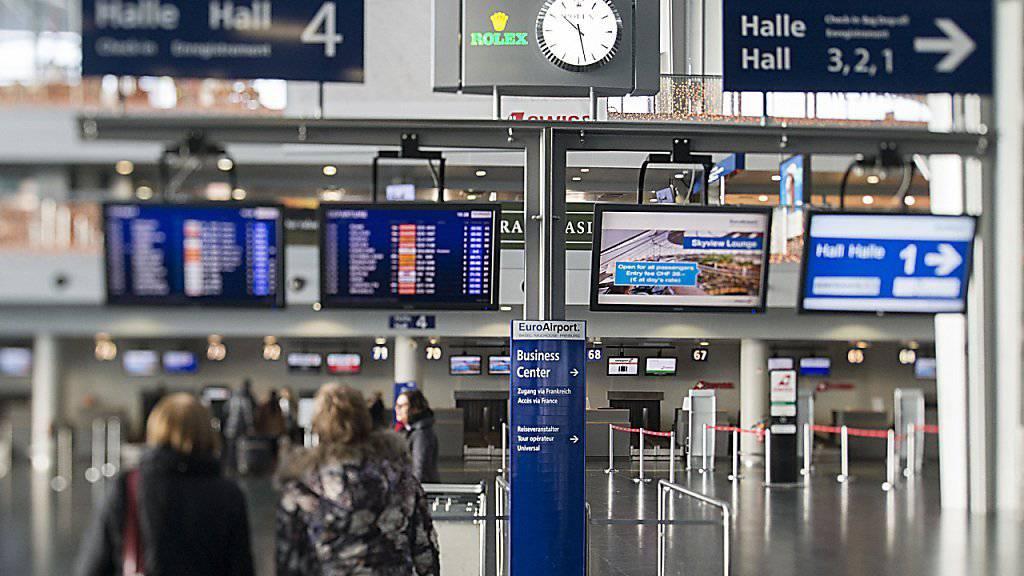 Zwei Länder betreiben einen Flughafen: Frankreich und Schweiz führen am EuroAirport Basel-Mülhausen systematische Grenzkontrollen ein. (Archivbild)