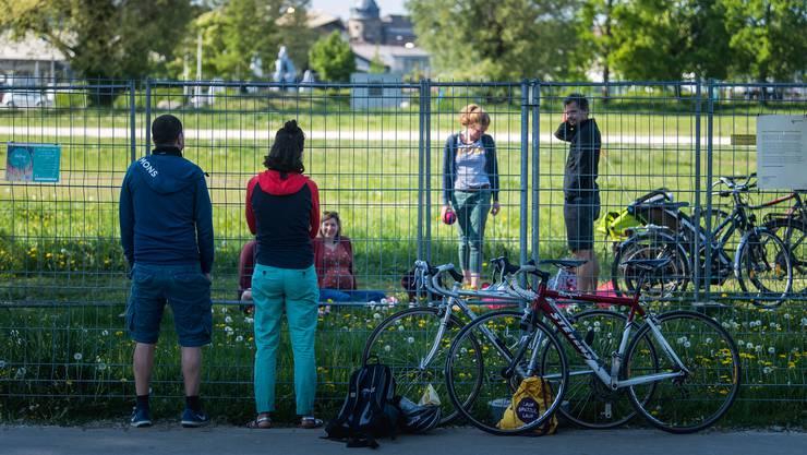 Schritt für Schritt will der Bundesrat auch die Grenzen wieder öffnen – im Bild ein Grenzzaun in Kreuzlingen.