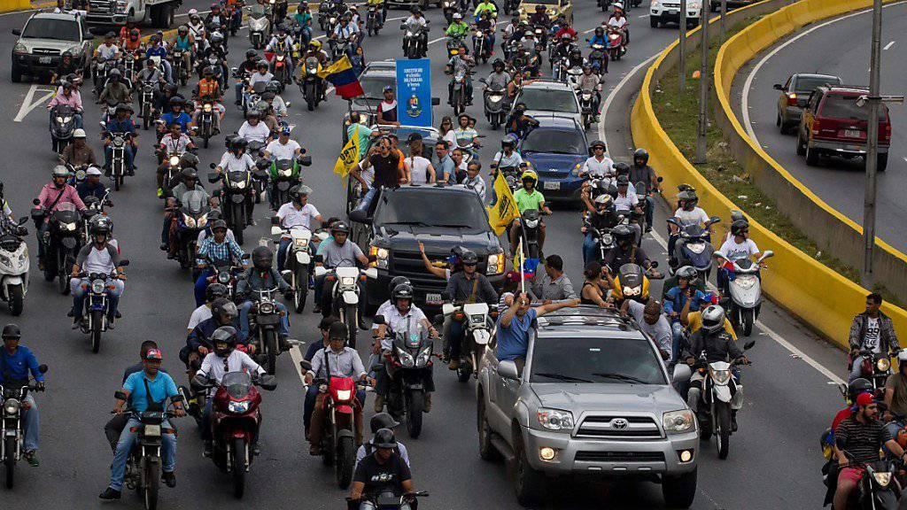 Auf Rädern gegen Maduro: Autokorso von Regierungsgegnern rollt in Caracas.