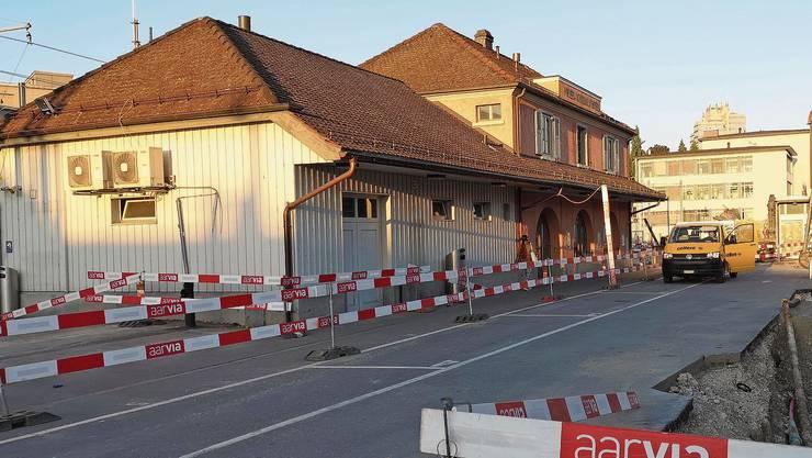 Steht bereits leer und inmitten der Baustelle: der alte WSB-Bahnhof aus dem Jahr 1924.
