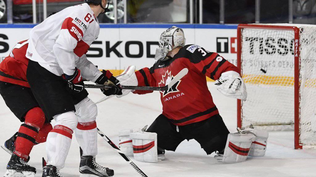 Fabrice Herzog sieht, wie sein Schuss am kanadischen Goalie Calvin Pickard vorbei zum 3:2-Sieg ins Tor geht