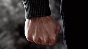 Mit geballter Faust: Daniel (Name geändert) hat Mühe, seinen Frust in den Griff zu kriegen. (Symbolbild)