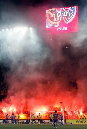 Fans von YB zünden Fackeln an zu beginn der YB-Viertelstunde im Cup gegen den FC Basel im April letzten Jahres.