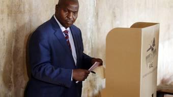 Er soll neuer Präsident der Zentralafrikanischen Republik werden: Der ehemalige Regierungschef Faustin-Archange Touadéra, hier bei der Stimmabgabe, entschied die Wahlen mit über 62 Prozent der Stimmen für sich. (Archiv)
