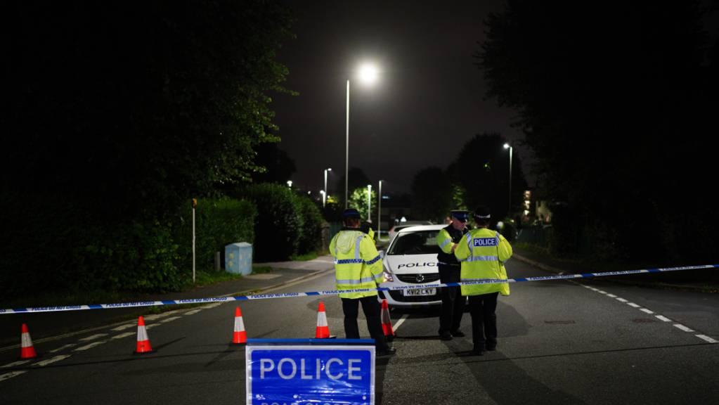Polizeibeamte errichten eine Sperre in der Royal Navy Avenue in der Nähe eines Tatorts in der Gegend von Keyham.