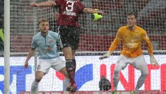 Per Nilsson trifft per Kopf zum 1:0 für Nürnberg.