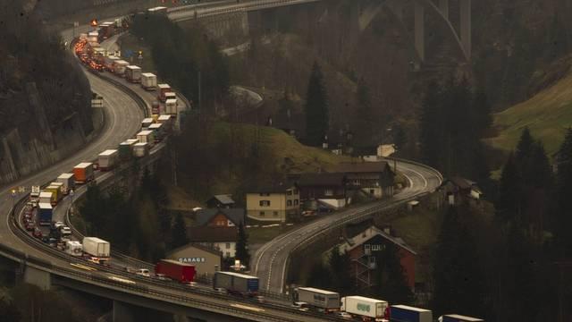 Bereits am Mittwoch stauten sich die Autos vor dem Gotthard-Nordportal