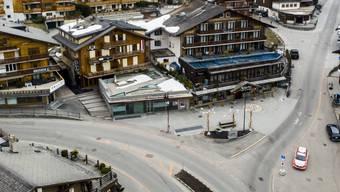 Seit dem Lockdown sind die Strassen im Walliser Ferienort Verbier praktisch menschenleer. Mit einer Million Franken will die Gemeinde Bagnes nun der lokalen Wirtschaft wieder auf die Sprünge helfen. Jeder Einwohner bekommt 120 Franken in Form von Bons. (Archivbild)