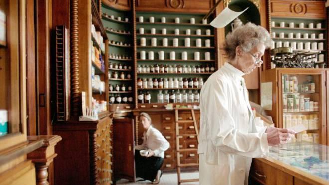 Für «Medpharm»-Versicherte der Swica werden die Apotheker zur ersten Ansprechperson (Symbolbild). Foto: LAIF