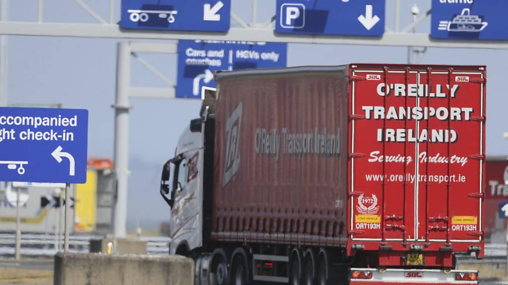 Die Zölle, die Briten für Waren aus der Europäischen Union zahlen müssen, sind wegen des Brexit deutlich gestiegen. Im Bild ein Lastwagen aus dem EU-Land Irland, der in den Hafen Belfast in Nordirland, das zum Vereinigten Königreich gehört, einfährt. (Symbolbild)