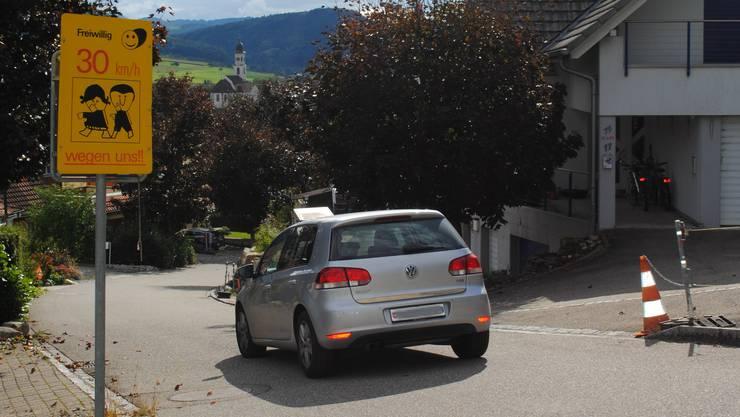 Am Frickberg stehen schon heute «Freiwillig 30»-Schilder. Der Gemeinderat prüft nun eine Tempo-30-Zone.