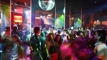 Menschen tanzen in einer Diskothek (Symbolbild)