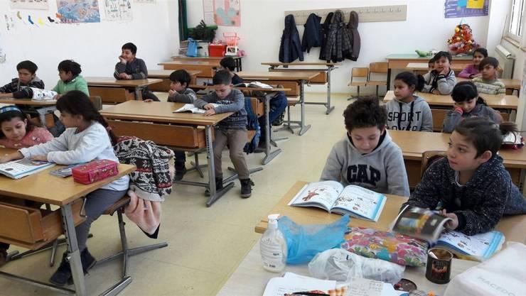 In Skopje sehr willkommen: die aus Pratteln angelieferten Pulte und Stühle. ZVG