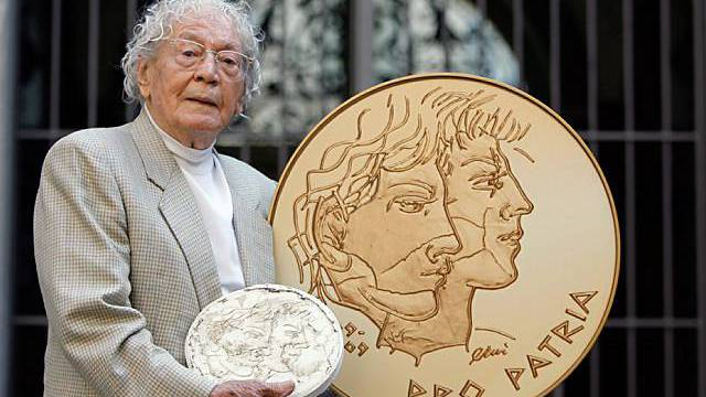 Hans Erni mit Goldmünze