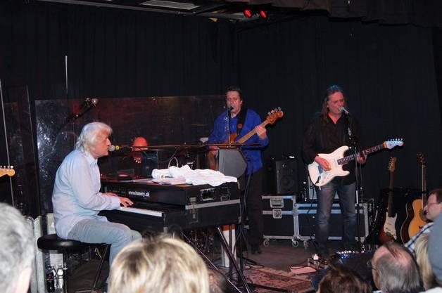 Hanery Amman (links) am Piano mit Begleitmusikern.