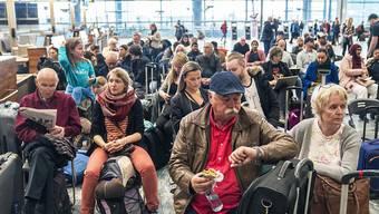 Wegen des Pilotenstreiks bei SAS gestrandete Passagiere am Freitag in Oslo.