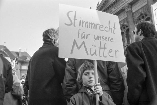 Kinder demonstrierten für das Recht ihrer Mütter.