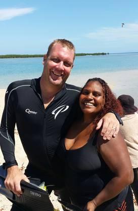 Auf seiner Weltreise, genau genommen auf dem Weg von Sydney nach Darwin, lernte er seine Frau Lenice, eine Aboriginal, kennen. Hier auf einem Foto auf Snipper Island.