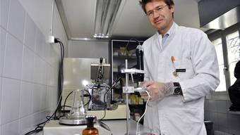 Der Apotheker Manfred Fankhauser erwärmt mit einem umgebauten Gerät konzentriertes THC.