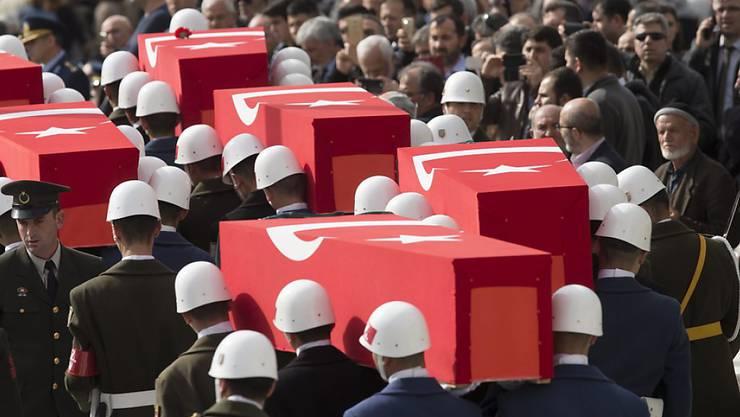 Soldaten tragen die Särge der Opfer, die am Mittwoch bei einem Anschlag auf einen Militärkonvoi in Ankara ums Leben kamen. Die aus der PKK hervorgegangene militante Splittergruppe Freiheitsfalken Kurdistans (TAK) bekannte sich am Freitag zu dem Anschlag.