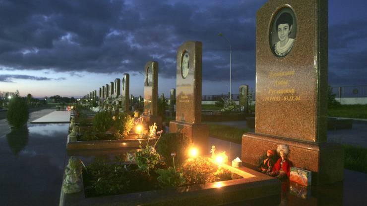 Gräber von bei der blutigen Stürmung der Grundschule von Beslan im Jahr 2004 getöteten Kindern. Der Europäische Gerichtshof für Menschenrechte (EGMR) hat Russland am Donnerstag wegen der blutigen Beendigung des Geiseldramas verurteilt. (Archiv)