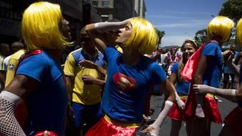 Bunte Figuren am Karneval in Rio